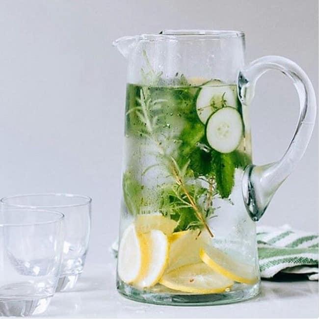 Detox Wasser mit Minze Rosmarin Gurke und Zitrone