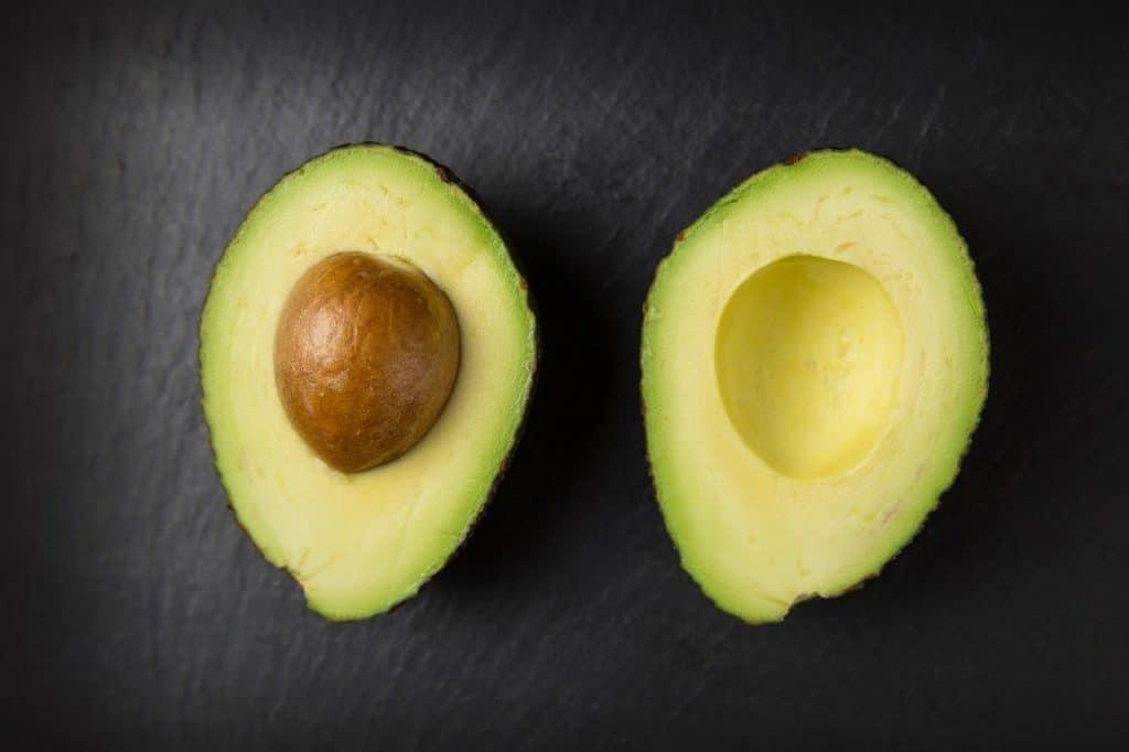 Aufgeschnittene Avocado frisch halten